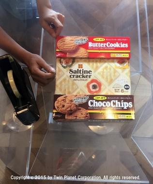 土台作り。箱型のクッキーをセロテープで固定