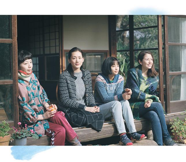 四姉妹が本当の家族になるまでのかけがえのない瞬間を映し出ていく。(左から)夏帆、綾瀬はるか、広瀬すず、長澤まさみ