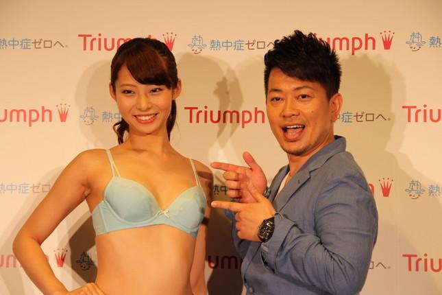 記者に促され「宮迫です」のポーズを永田さんに向けるも、内心は照れっぱなし