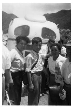 母・キヨ(右)と再会。左は伯母