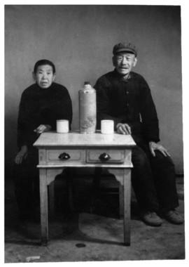 養母・孫振琴と2番目の養父・李希文(1970年ごろ)