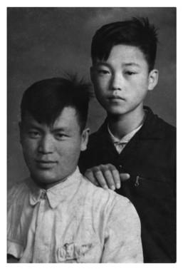 恩師・梁志傑先生と中島少年(1956年)