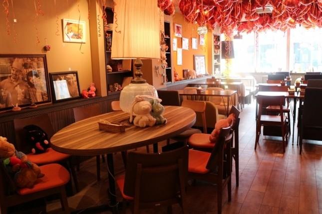 広々とした52席のカフェ