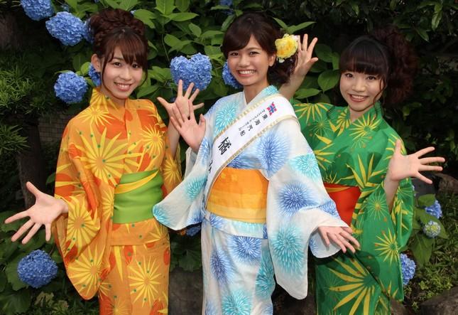 (左から) ゆかたダンサーズの関根綾伽さん、東海汽船マスコットガールの橘みづほさん、ゆかたダンサーズの土肥茉莉さん