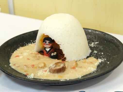 ウズラの卵とソーセージで作った「ゆきちゃん」が鎮座(かまくらカレー)
