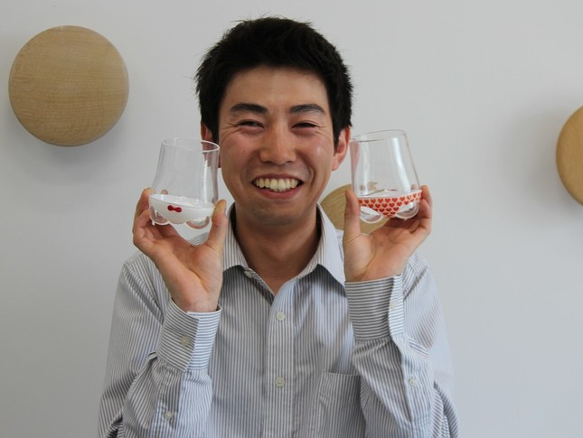 第3弾の「ハートフル」(右)と第1弾で発売した「リボン」を手にするパンティグラスの作者、ガラス作家の石井洋平さん