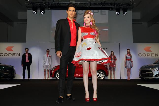 ファッションショーでポーズを決めるダコタさん(右)