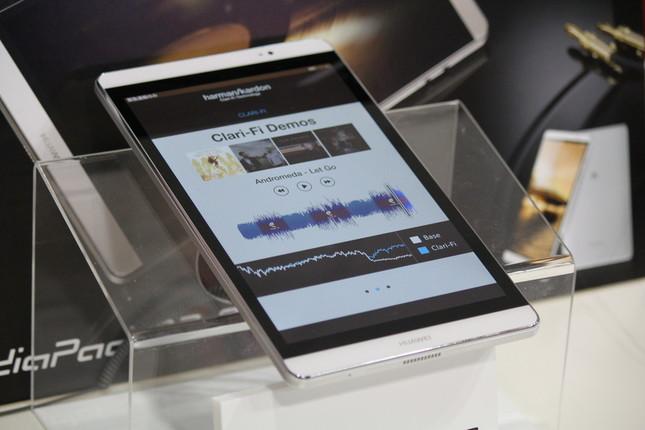 タブレット「MediaPad M2 8.0」は、データ音源もCD並みの音質に向上させる「クラリファイ」搭載