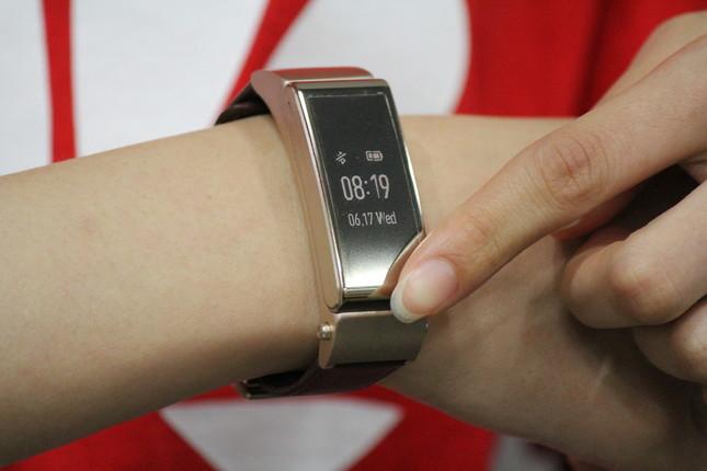 「TalkBand B2」は腕時計型のウェアラブル端末 エクササイズ機能が充実