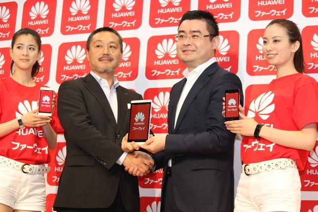 ハーマン社の大久保千弥(せんや)氏(左から2人目)と握手するファーウェイ・ジャパンのデバイス・プレジデント、呉波氏