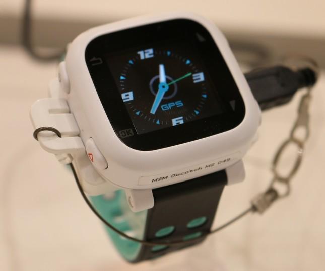 ドコッチは腕時計型の端末 写真はホワイト ベルトはリバーシブル