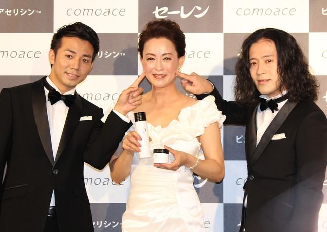 ピースの2人が床嶋佳子さん(中央)のほっぺを「プニッ」