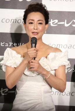 白のドレスで登場した床嶋佳子さん