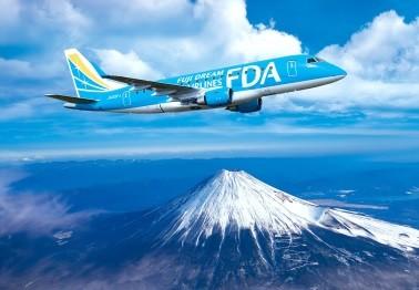 上空から見た富士山とフジドリームエアラインズの航空機(イメージ)