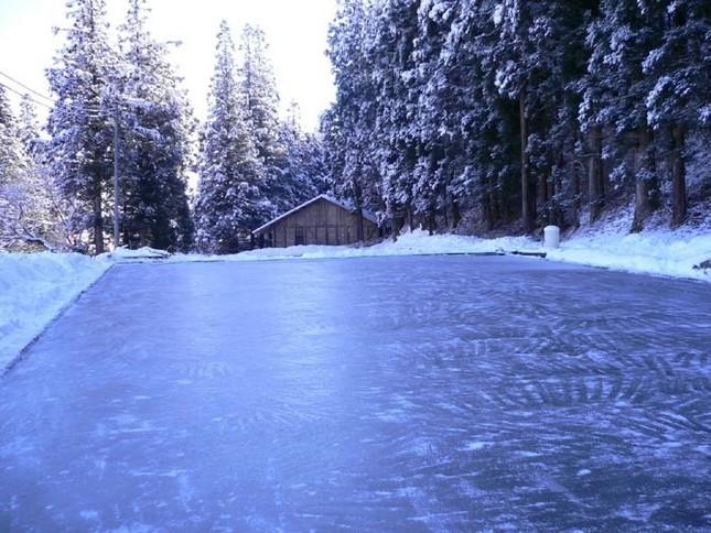 寒波によってゆっくりと天然氷に成長