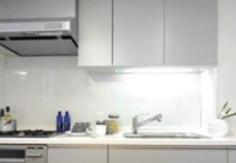 キッチンや洗面台などの点灯時間が短い場所でもLED化のメリットを!(写真はキッチンでのイメージ)