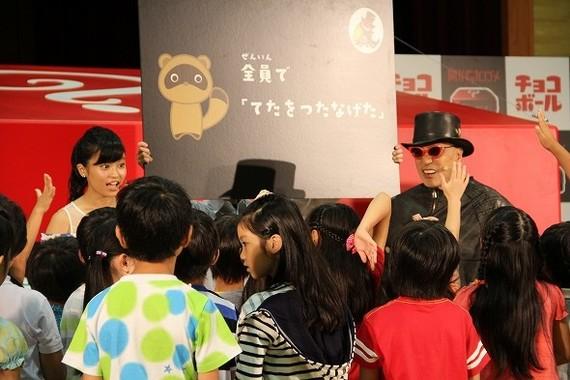 小島さんは子どもたちと協力して謎解きに挑戦