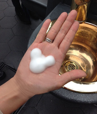 ふわふわの泡がミッキーの形になり手のひらに広がる