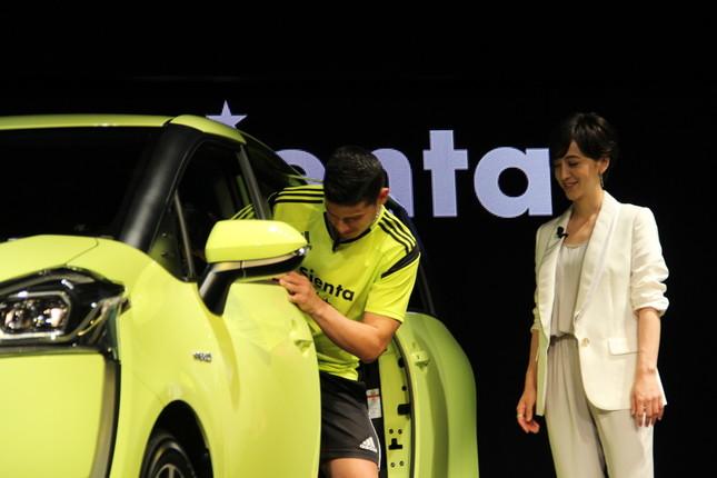 トヨタ「シエンタ」に乗り込むハメス・ロドリゲス選手と、それを見守る滝川クリステルさん
