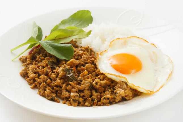 肉などを炒め、ご飯と盛り付けたタイ料理「ガパオライス」