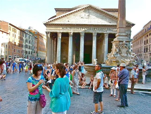 ローマ市内、マルス広場のパンテオン神殿で取材する田島さん(手前、左)
