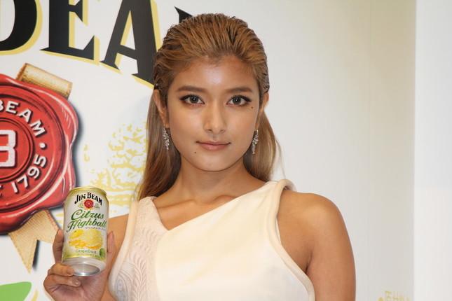 サントリースピリッツの新商品「ジムビーム シトラスハイボール缶」の発売記念イベントに登場したローラさん