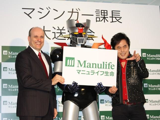 マジンガーZを囲む水木さん(右)と、マニュライフ生命ギャビン・ロビンソン社長