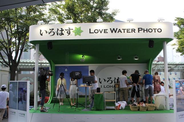 六本木ヒルズの66プラザには、「LOVE WATER PHOTO」ブースが特設されている