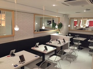 工作间隙也可约会   东京银座拼桌咖啡店开业