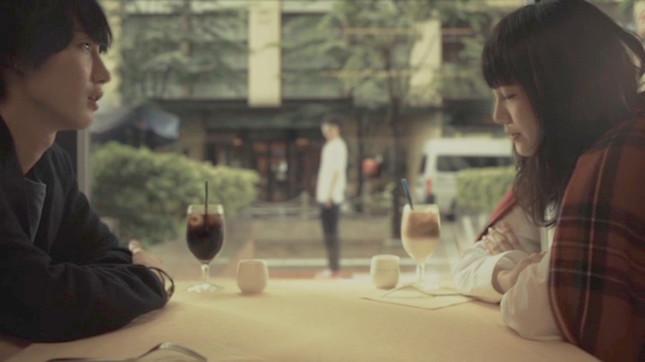 女の子を探してレストランの前を通り、回想する男の子