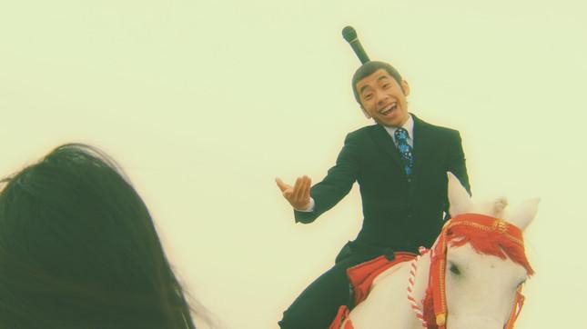 ポニーに乗った織田さんは、満面の笑みで少女に「乗ってかない?」と声を掛ける