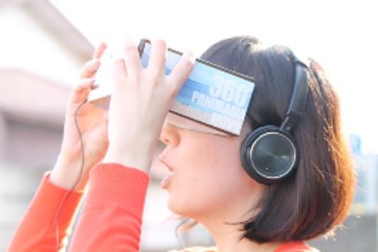 「360度プラネタリウム動画」は、スマホ用簡易スコープやヘッドフォンを使えばより臨場感のある映像になる