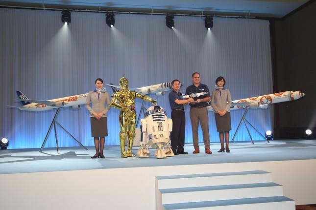 ANAの篠辺修社長(中央)は「将来は宇宙を目指した航空会社に」と意気込んだ