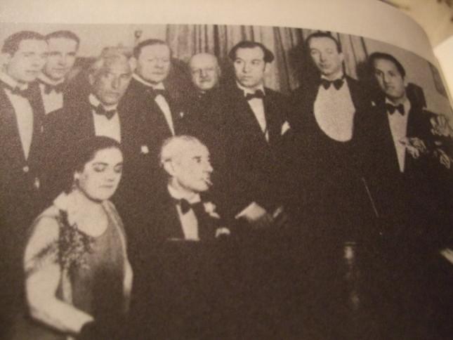 ラヴェルの誕生ーパーティーの様子。ピアノの前がラヴェルで右端がガーシュウィン
