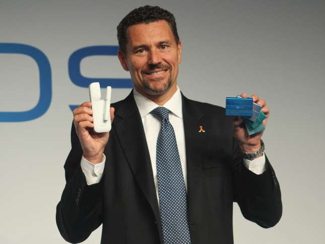 iQOSを紹介する、PMJのローラン・ボアサール社長
