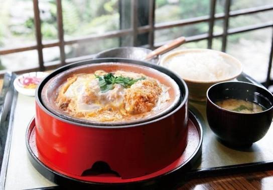 箱根屈指の人気グルメ、「豆腐かつ」