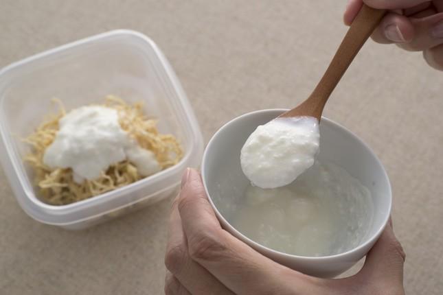 切り干し大根の例(1) ふたのある容器を用意して切り干し大根を入れ、ヨーグルトを入れてからめるだけ