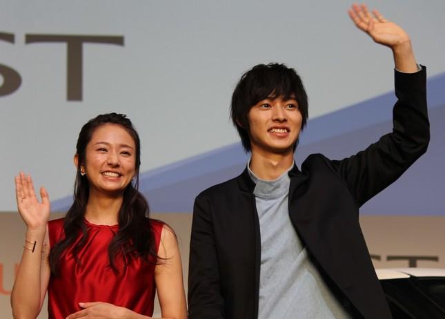 ダイハツ「キャスト」のCM発表会に出席した木村文乃さん(左)と山崎賢人さん