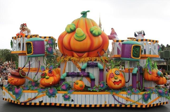TDL「ハッピーハロウィーンハーベスト」の「巨大なかぼちゃを創り出すラボラトリー」