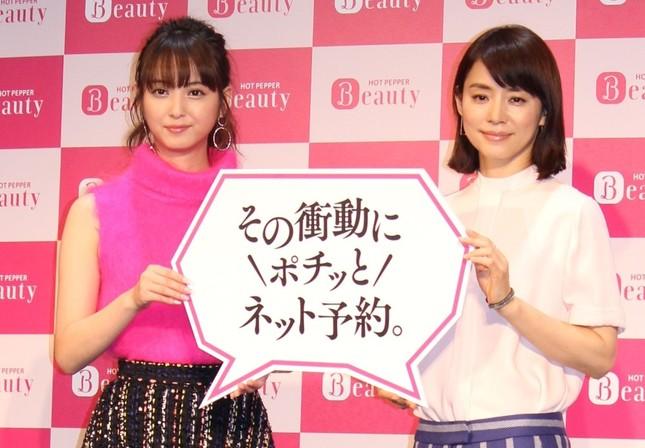 佐々木希さん(左)と石田ゆり子さん(右)