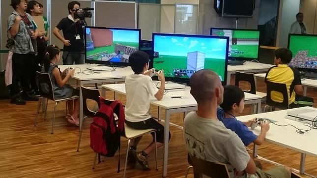 PlayStation 4で「マインクラフト」をプレイする子供たち