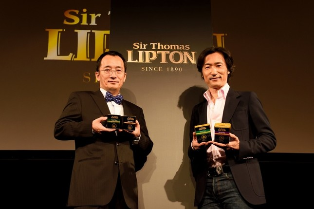江間俊也さん(左)と東儀秀樹さん