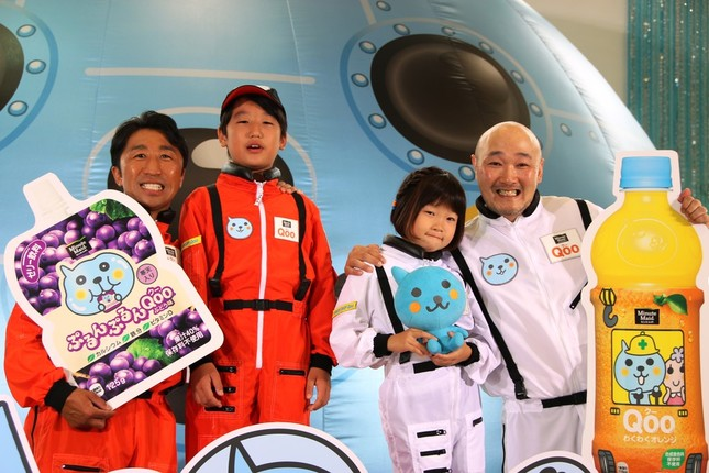 ひと足先に体験した内藤さん親子(左)と、くまださん親子