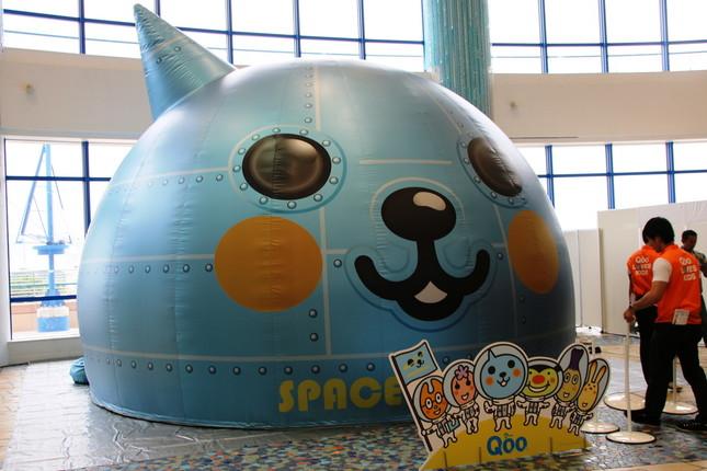 宇宙船「SPACE SHIP Qoo」に乗り込む