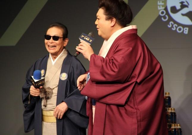 サントリー「プレミアムボス 微糖」ボトル缶の新CM発表会に出席したタモリさんとマツコ・デラックスさん