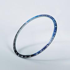 ブルーとブラックを配したサファイアガラス製ベゼル