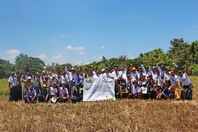ミャンマーで農業支援にあたる万田発酵社員と現地農家の人々