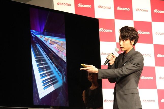 自ら撮影したピアノの画像を例に、4Kカメラについて熱弁する綾野さん