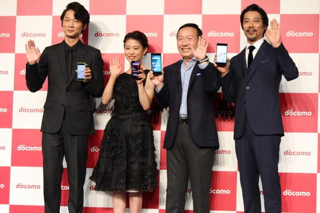 NTTドコモの加藤社長(右から2人目)は綾野さんに「次のプレゼンはお願いします」