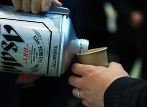 釈由美子が缶ビールを注いでくれる! 13年前のロボット「釈お酌」、結婚発表で再び脚光